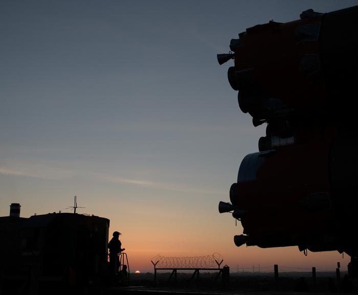 """Ракета """"Союз-ФГ"""" вывезена на стартовый стол и готова к пуску Ракета, Союз, Байконур, Космос, Видео, Длиннопост"""