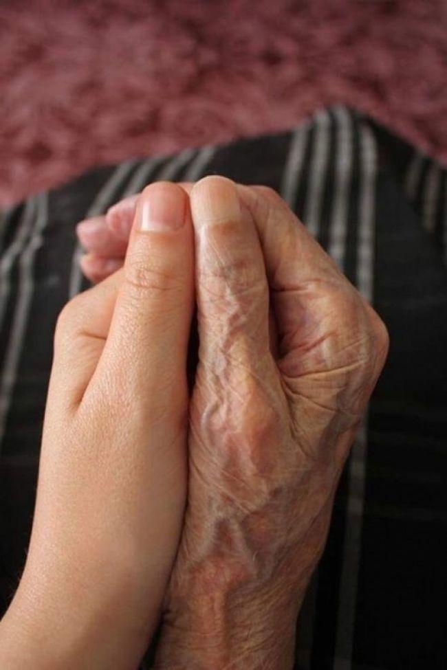 Руки внучки и бабушки