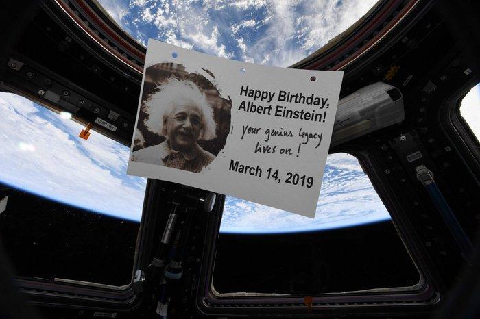 Экипаж МКС поздравил Эйнштейна с Днём рождения МКС, Альберт Эйнштейн, Фотография, Подарок на день рождения, Жзл