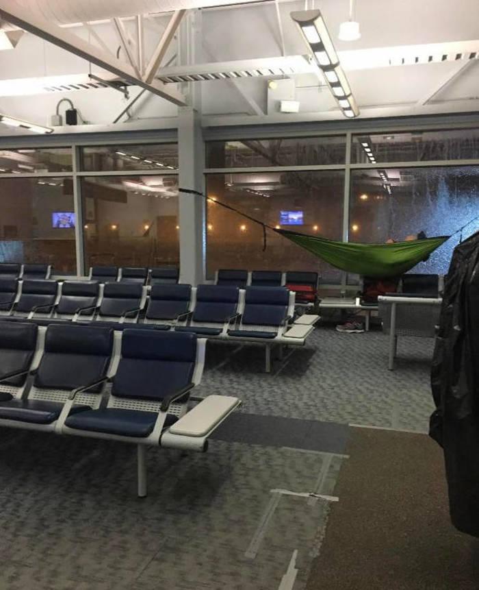 Когда в аэропорту запретили лежать на полу.