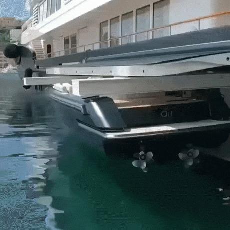 Яхта проглатывает маленькую лодку целиком