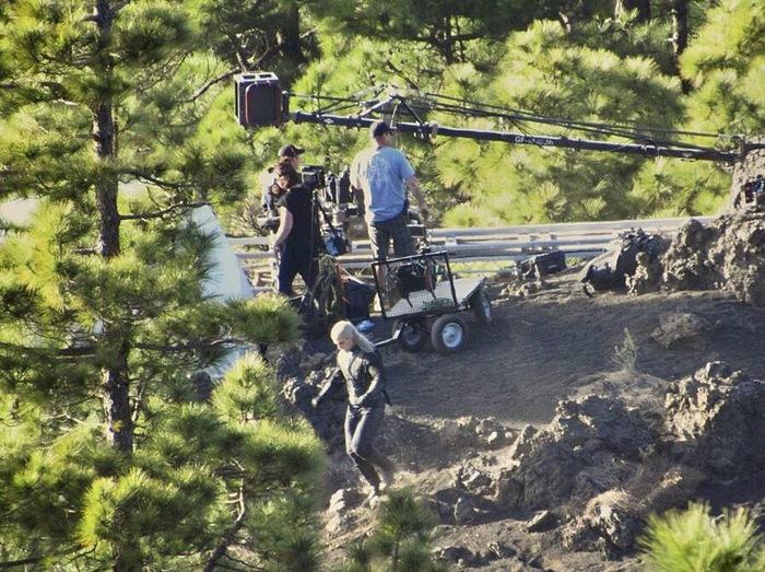 Генри Кавилл в образе Геральта засветился на фото со съемок сериала «Ведьмак».