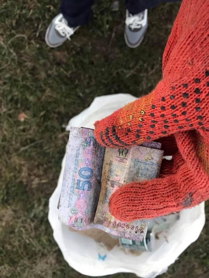 Мгновенная карма: жительница Запорожской области, убирая мусор, нашла деньги Мусор, Находка, Деньги, Чистомен, Длиннопост, Trashtag