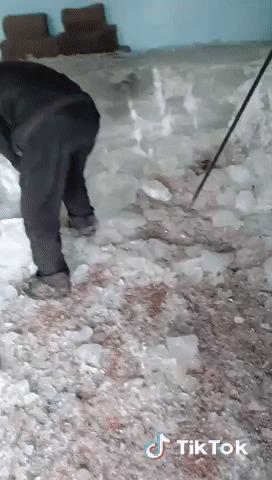 Когда затеял влажную уборку и забыл закрыть морозилку