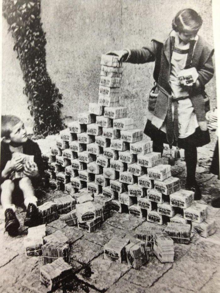 Гиперинфляция в Германии. Когда дешевле дать детям играть с деньгами чем купить им игрушки. 1923 год.