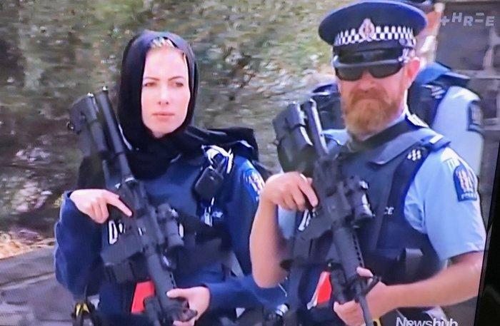 Новозеландские полицейские на похоронах жертв расстрела в Крайстчерче (фото из жж colonelcassad)