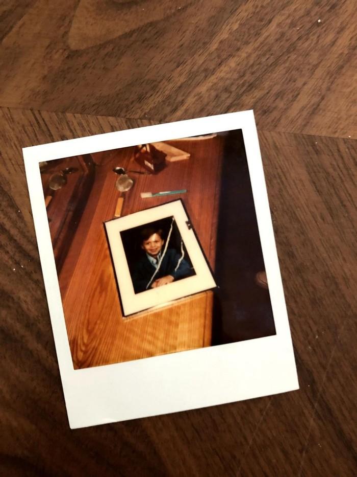 Реддитор разбирал вещи своего умершего отца и обнаружил фото двух дорог кокаина на его детской фотографии