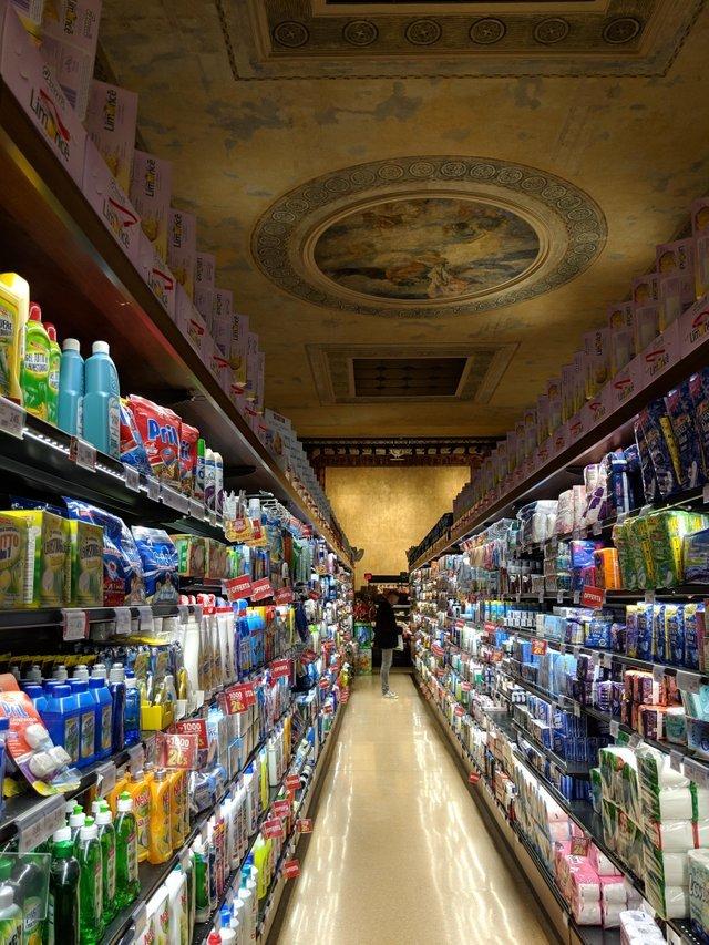 Супермаркет в старом театре в Венеции, Италия Супермаркет, Венеция, Театр, Италия