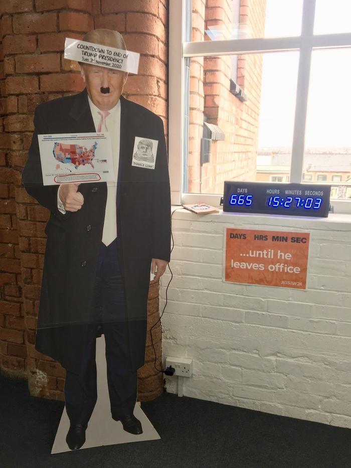 В офисе, в котором я работаю. Это даже не в США, а в Англии:D Политикой не особо интересуюсь, но улыбнуло Дональд Трамп, Англия, Адольф Гитлер, Политика, Длиннопост