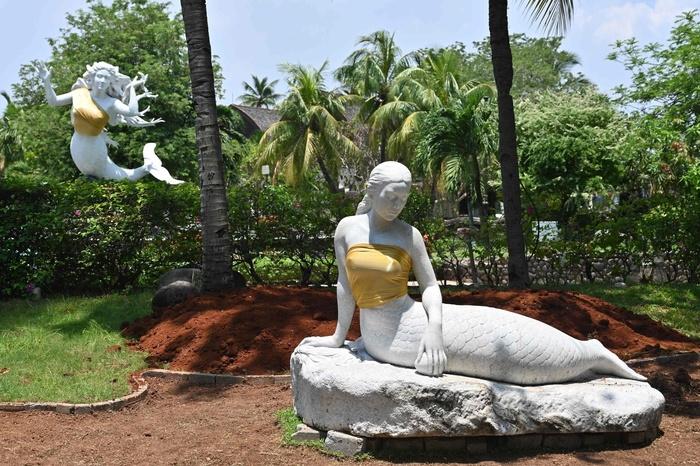 Русалкам в парке развлечений Индонезии прикрыли грудь, ссылаясь на то, что это семейное место Индонезия, Грудь