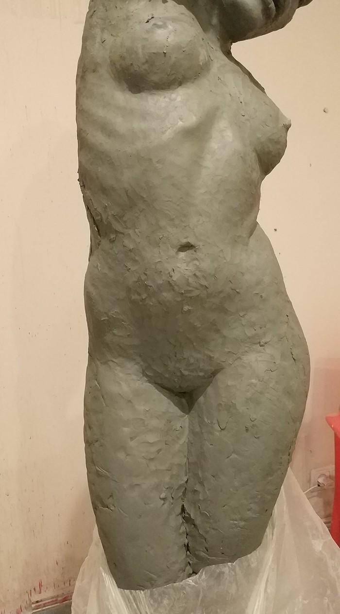 Начал лепить новую скульптуру
