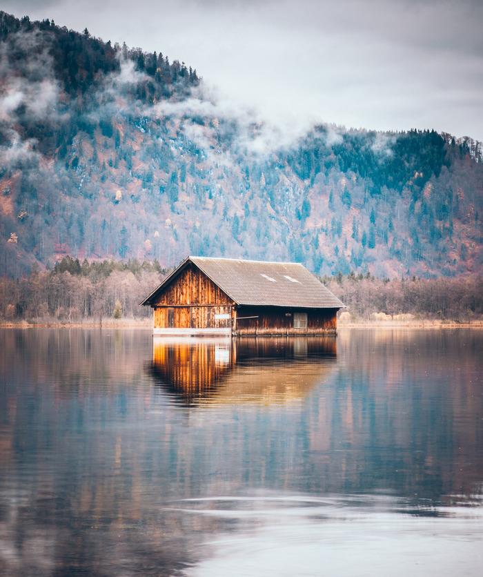 Дом для лодок на озере