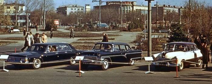 Город Горький 1977 г. Автомобили ГАЗ - 13; ГАЗ - 14 и Победа у Дворца Культуры ГАЗ.