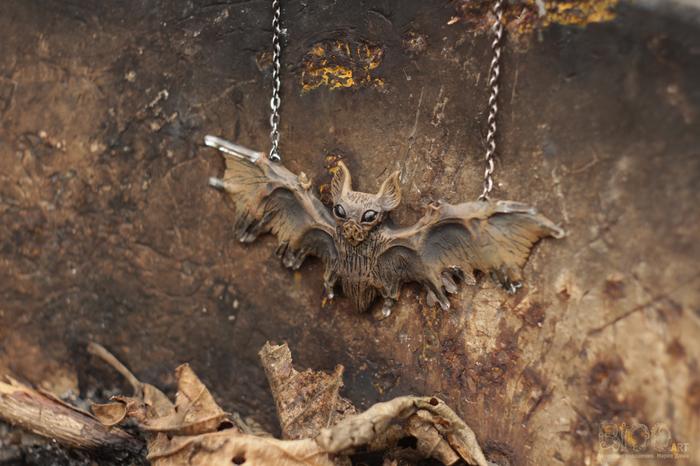 Летучая мышь с кожистыми крыльями, покрытыми кристальными наростами)Полимерная глина, акрил, кварц, лак.Размах крыльев 9 см. Летучая мышь, Кулон, Полимерная глина