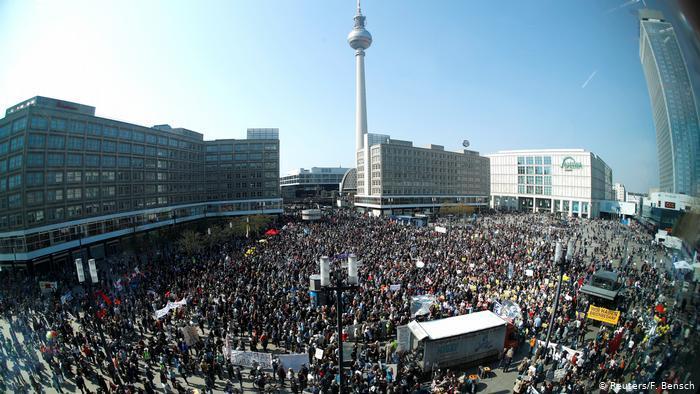 Десятки тысяч немцев протестуют против растущих квартплат Негатив, Общество, Германия, Митинг, ЖКХ, Тарифы, Рост цен, Deutsche Welle, Видео, Длиннопост