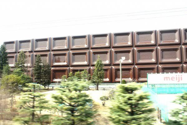 Шоколадная фабрика Meiji в Киото выглядит как гигантская плитка шоколада