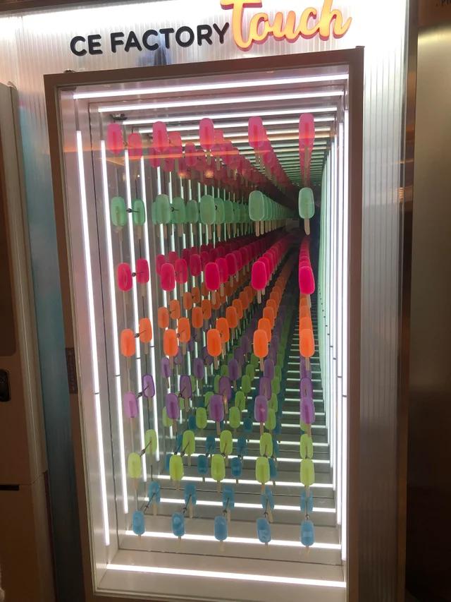 Оптическая иллюзия в автомате по продаже мороженого
