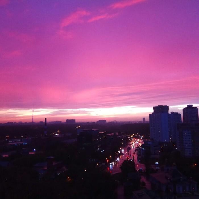 Розовое небо или занимательное преломление света на закате. Небо, Москва, Лето, Розовое небо