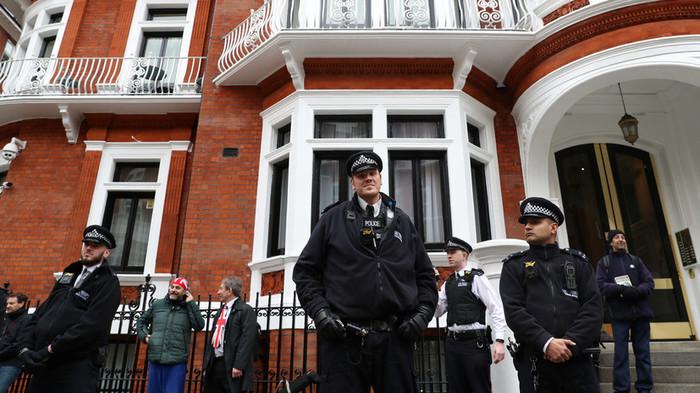 Британская полиция задержала Ассанжа Общество, Политика, Великобритания, Эквадор, Джулиан Ассанж, Арест, Russia today, Wikileaks, Видео, Длиннопост