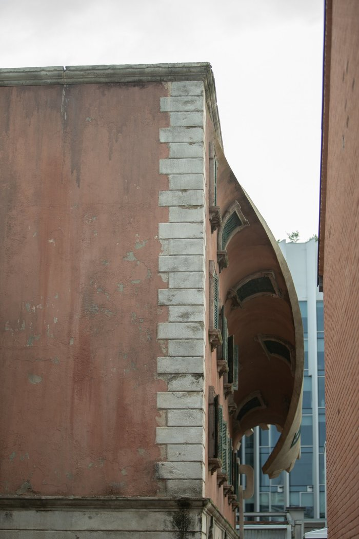 Скульптор Алекс Чиннек «расстегнул» фасад дома в Милане