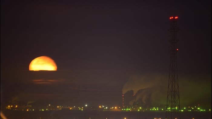 Опора ЛЭП на фоне Луны Луна, Астрономия, Фотография