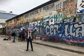 """Фанаты """"Динамо"""" закрасили стену Виктора Цоя в центре Москвы"""