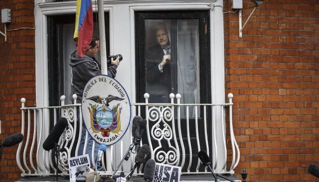 Не мылся, приглашал слишком много гостей. Охранники Ассанжа рассказали, за что его не любили в посольстве Эквадора Джулиан Ассанж, Посольство, Политика, Видео, Длиннопост
