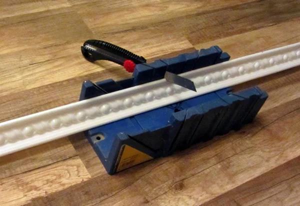 Как правильно отрезать углы на потолочных плинтусах
