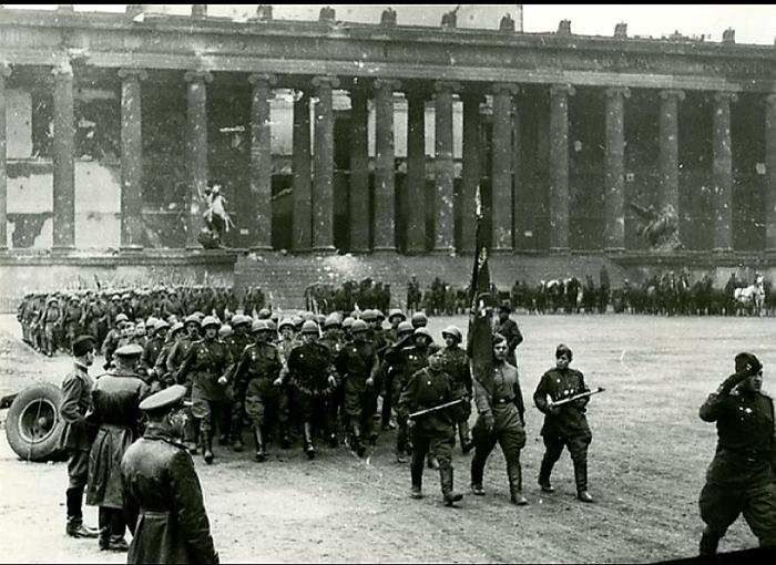 Парад советских войск в Берлине 1945г.