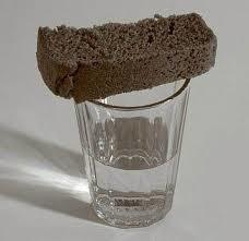 Кусочек хлеба на стакане с водкой...