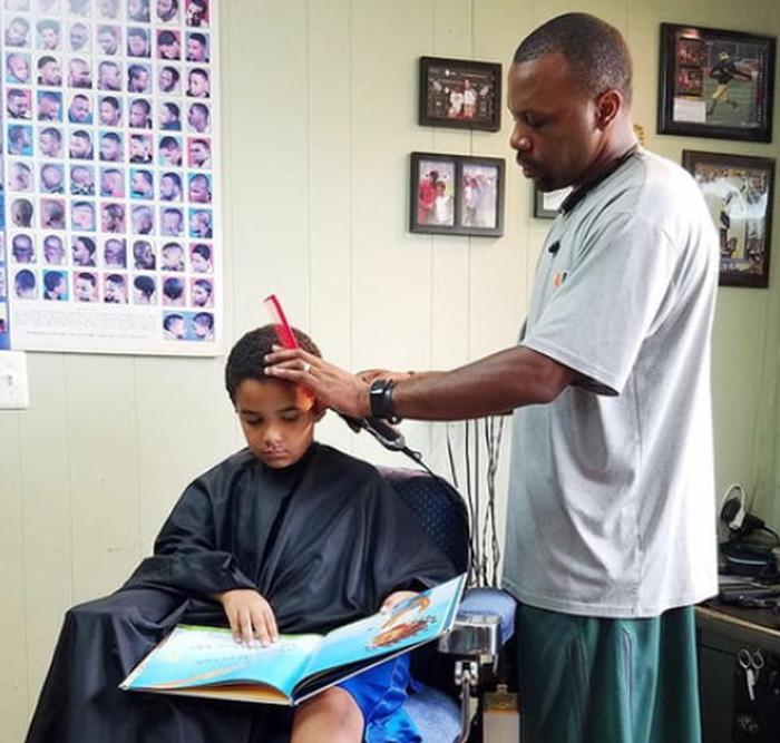 """""""Все дети получают скидку в 2 доллара, если они читают книгу вслух этому парикмахеру в Мичигане во время стрижки"""""""