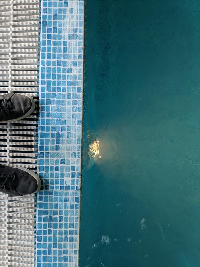 Я возле бассейна