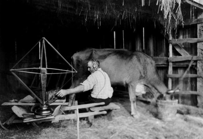 Прогрессивный фермер слушает радио во время работы, 1923 год.