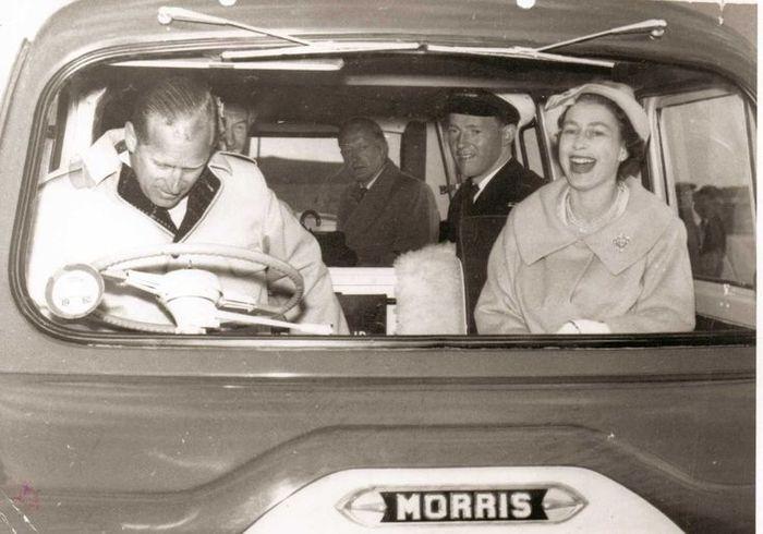 Королева Елизавета II смеётся над принцем Филиппом, который не может завести автобус, 1950-е.