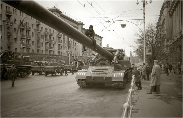 """420-мм самоходный миномет 2Б1 """"Ока"""" во время подготовки к параду 1 мая 1962 года."""