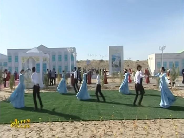 Для Бердымухамедова устроили танцы в пустыне на фоне картонных домов. Туркменистан, Диктатор, Иллюзия, Город, Аркадаг, Бердымухамедов Гурбангулы, Длиннопост