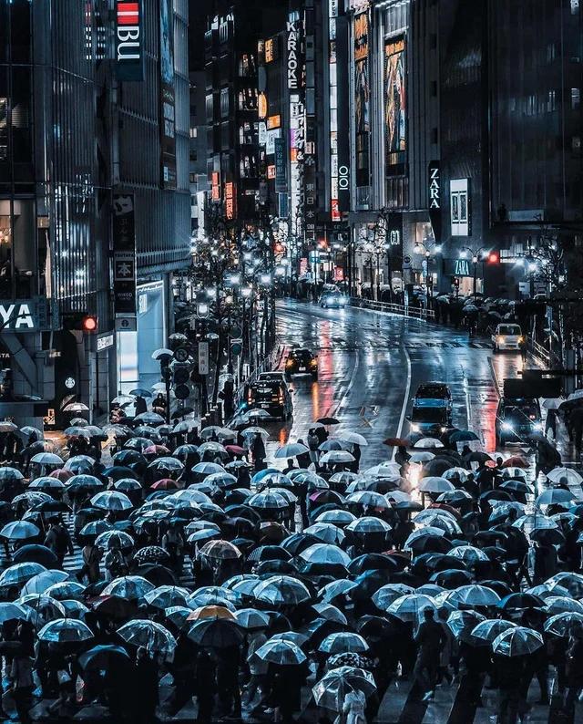 Дождливый вечер в Сибуя, Токио.