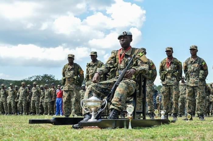 Солдат армии Ямайки, победивший в соревновании по стрелковой подготовке