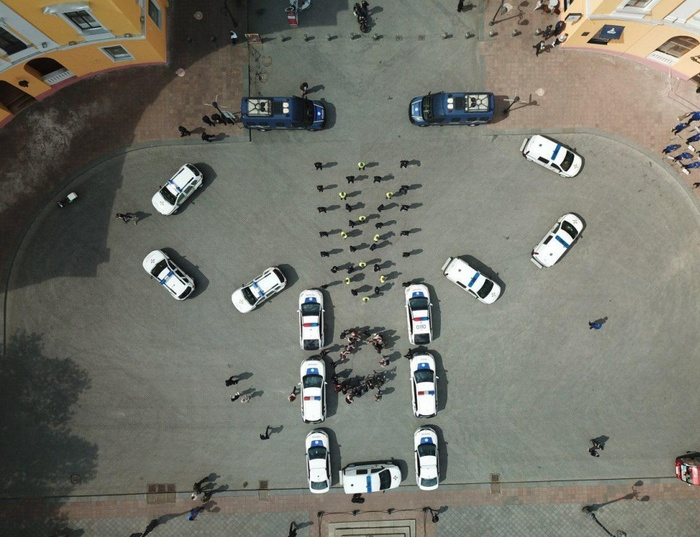 Полицейские при помощи служебных авто изобразили огромную вышиванку. Украина, Честно украдено, Вышиванка