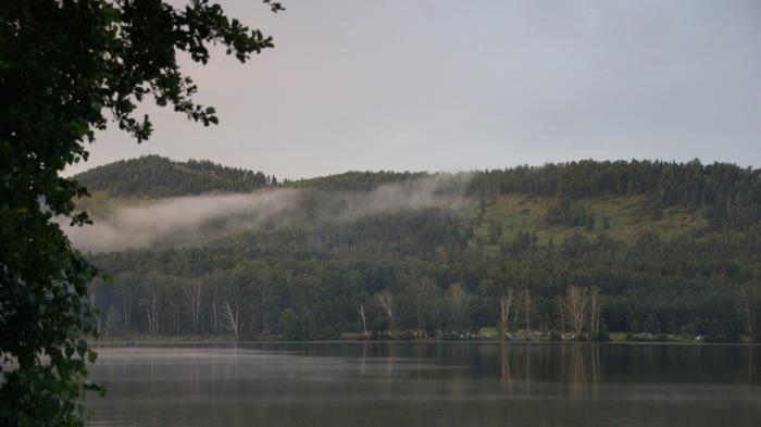 Скучаю по ночам у озера: спишь в палатке, греешься у костра и просто наслаждаешься временем.