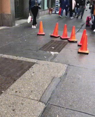 Дорожные конусы возле магазина игрушек