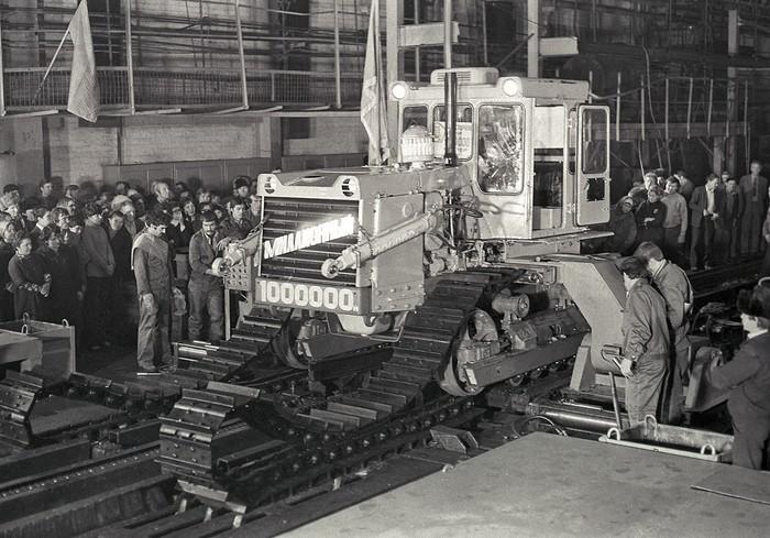 Челябинский тракторный завод, с конвейера сходит миллионный трактор. 1984 год.