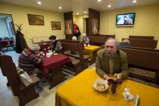 Чиновники закрыли кафе, где бесплатно кормили пенсионеров. Причиной стали внезапно нарисованные на фасаде граффити Добродомик, Кафе, Пенсионеры, Негатив