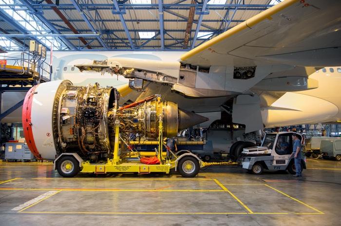 Процесс установки двигателя Rolls-Royce Trent 7000 в первый Airbus A330neo, полёт которого состоялся19 октября 2017 года.