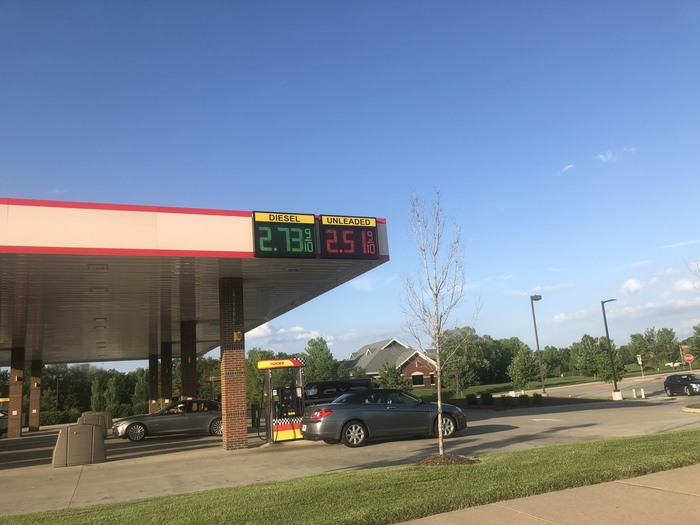 Стоимость бензина в США равна стоимости бензина в РФ (а зарплаты в 5-10раз выше). Обидно:( Бензин, США