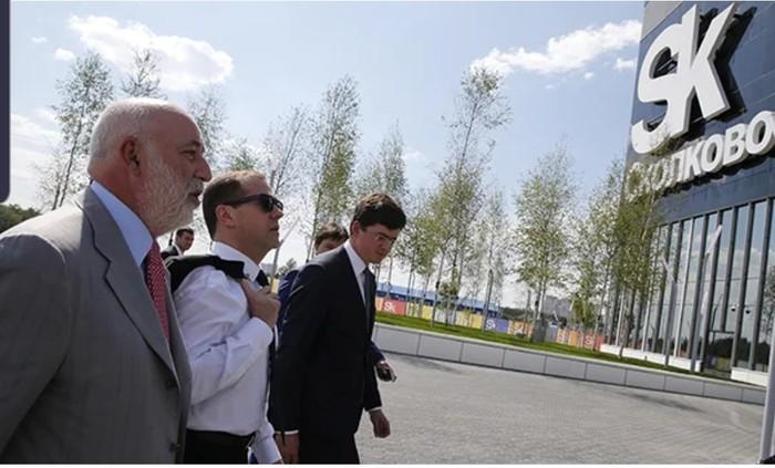 Медведев посетил инновационный центр в Сколково, где ему показали пластиковые стаканчики. Сколково, Инновации, Биоразлагаемый пластик, Чубайс, Видео, Длиннопост, Премьер-Министр, Политика