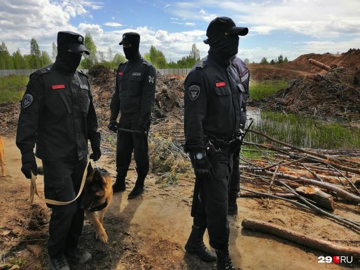 Люди в черном, «боевой ангел», грязь и заборы: фото из жизни народной вахты на Шиесе Шиес, Митинг, Длиннопост