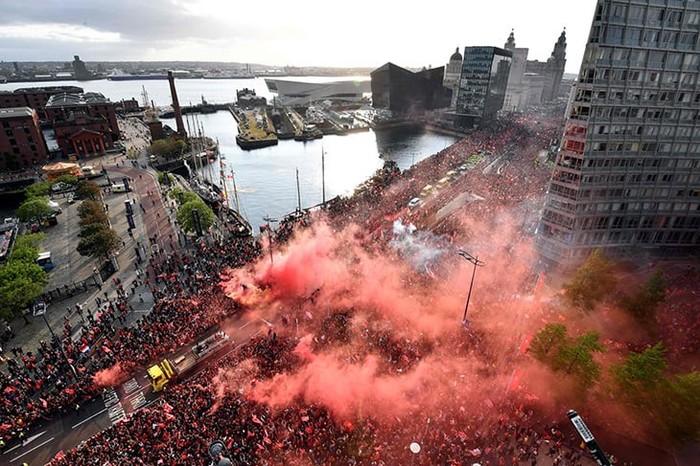 """750 тысяч человек пришли на чемпионский парад фк """"Ливерпуль"""" Футбол, Болельщики, Ливерпуль, Парад, Лига чемпионов, Англия, Длиннопост"""