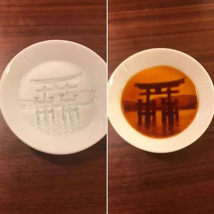 Объемное изображение синтоистского святилища Ицукусима проявляется на дне тарелки после добавления в нее соуса Япония, Тарелка, Соус, Объемное изображение, Проявление, Ицукусима
