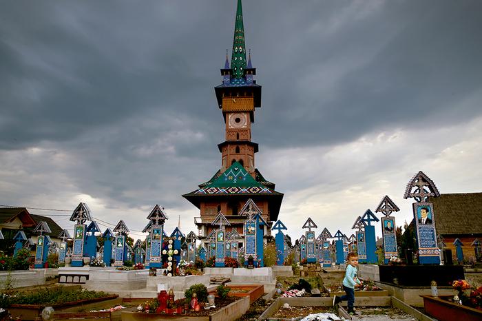 Хочу все знать #252. Своеобразное румынское кладбище. Хочу все знать, Румыния, Кладбище, Художник, Скульптор, Роспись, Длиннопост